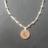 Kép 1/4 - Világos makramé nyaklánc, gyümölcsfából készült medállal