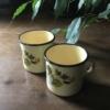 Kép 1/4 - Használt, retro, virágmintás fém bögre párban