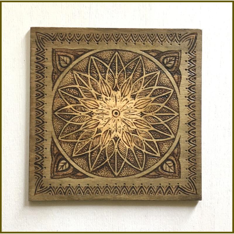 Kép fából ornamentikus mintával a Bodzakunyhóban