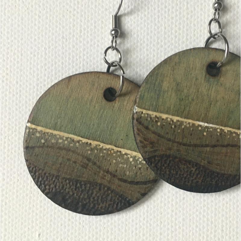 Színezett kerek fülbevaló fából, égetett mintával