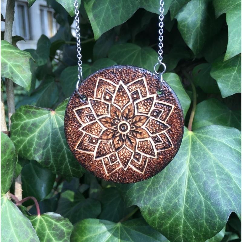 Nagyméretű égetett medál ornamentikus mintával